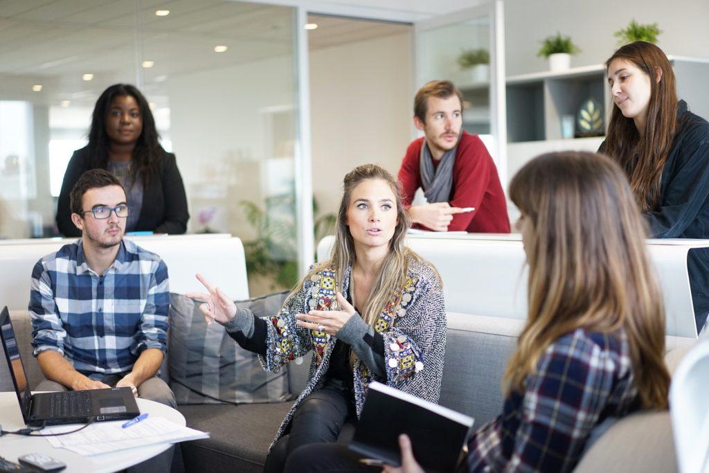 бизнес среща на служители на фирма и бизнес консултант в офис