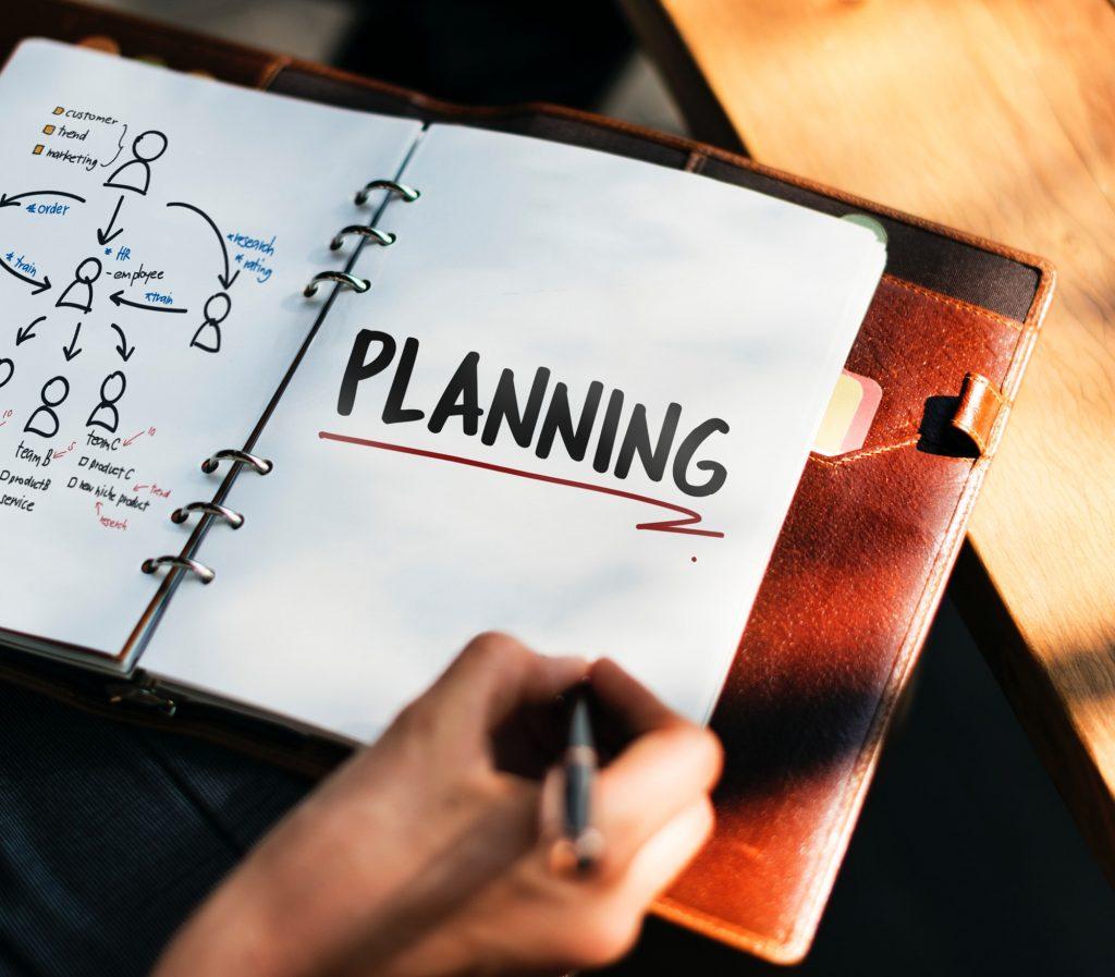 човек с тефтер прави бизнес план